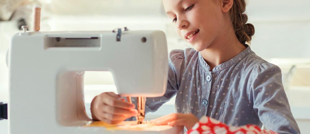 Bezpieczna maszyna do szycia polecana dla dzieci, w miarę tania, prosta w obsłudze, intuicyjna, nieawaryjna. Zobacz jakie modele polecamy.